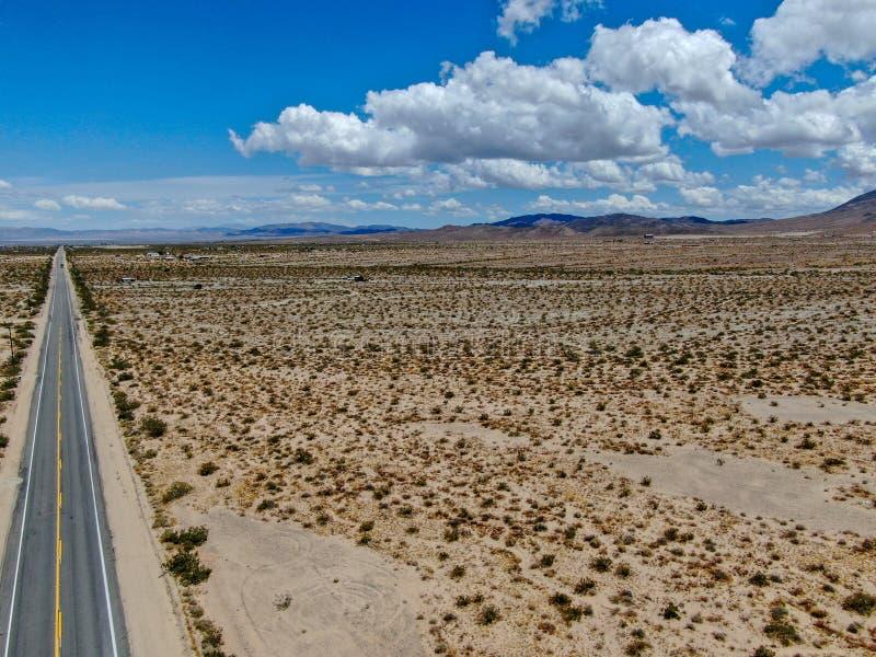 Flyg- sikt av den ändlösa raka vägen i öknen av Joshua Tree Park USA royaltyfri foto