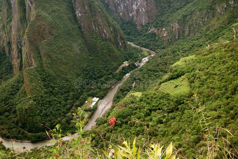Flyg- sikt av den AguasCalientes staden och den Urubamba floden som sett från det Huayna Picchu berget, Machu Picchu, Cusco regio royaltyfri bild
