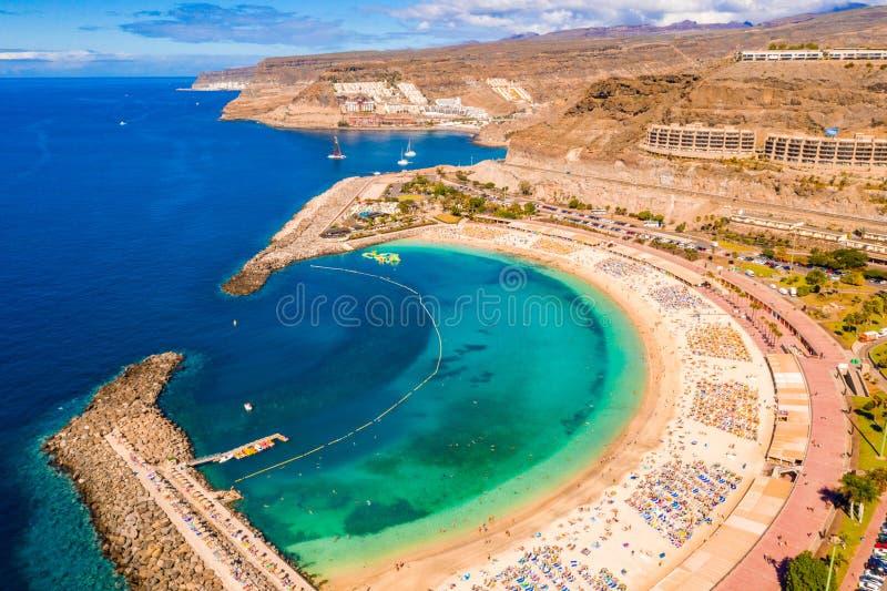 Flyg- sikt av den Amadores stranden på den Gran Canaria ön i Spanien royaltyfria bilder