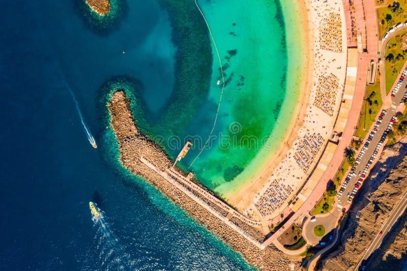 Flyg- sikt av den Amadores stranden på den Gran Canaria ön i Spanien royaltyfria foton