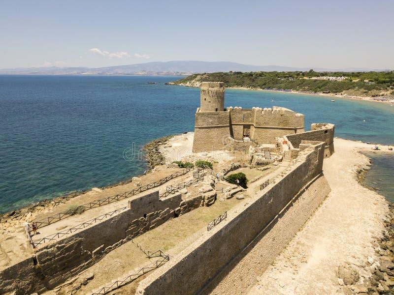 Flyg- sikt av den Aragonese slotten av Le Castella, Le Castella, Calabria, Italien royaltyfri fotografi