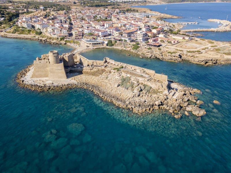 Flyg- sikt av den Aragonese slotten av Le Castella, Le Castella, Calabria, Italien royaltyfria bilder