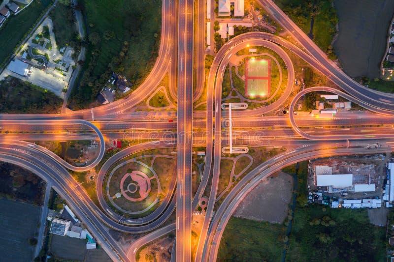 Flyg- sikt av den b?sta sikten f?r huvudv?gf?reningspunkter av den Urban staden, Bangkok p? natten, Thailand arkivfoton