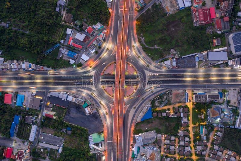 Flyg- sikt av den b?sta sikten f?r huvudv?gf?reningspunkter av den Urban staden, Bangkok p? natten, Thailand fotografering för bildbyråer