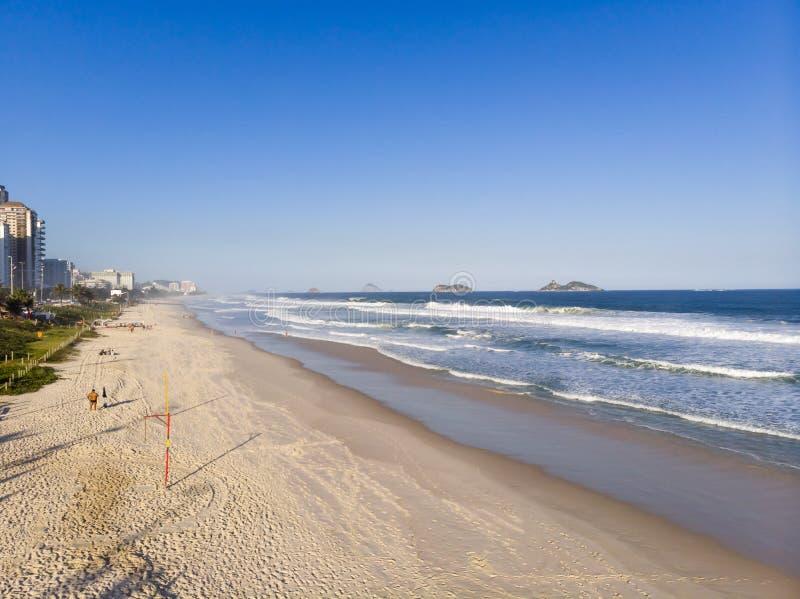 Flyg- sikt av den Barra da Tijuca stranden under sen eftermiddag Rio de Janeiro Brasilien arkivbilder