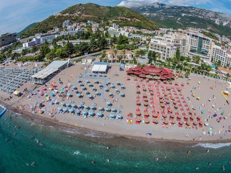 Flyg- sikt av den Becici stranden i den Budva staden, Montenegro royaltyfri foto