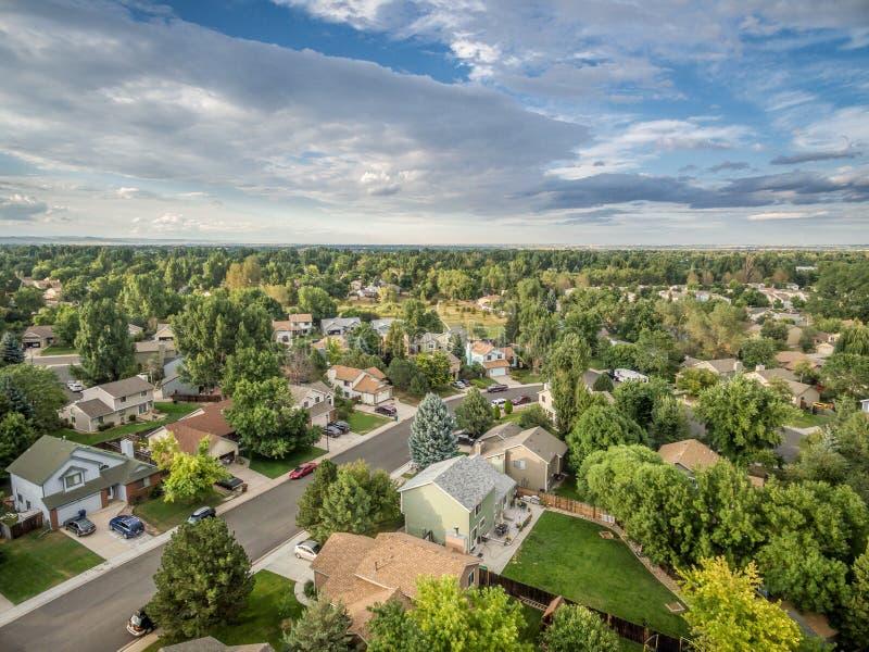 Flyg- sikt av den bostads- gatan i Fort Collins, Colorado royaltyfria foton
