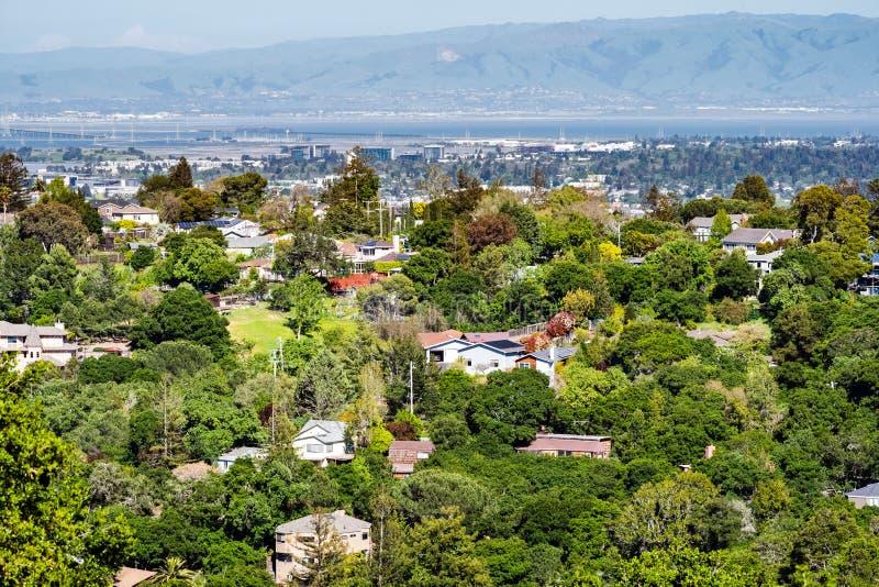 Flyg- sikt av den bostads- grannskapen; San Francisco Bay som är synligt i bakgrunden; Redwood City Kalifornien royaltyfri bild