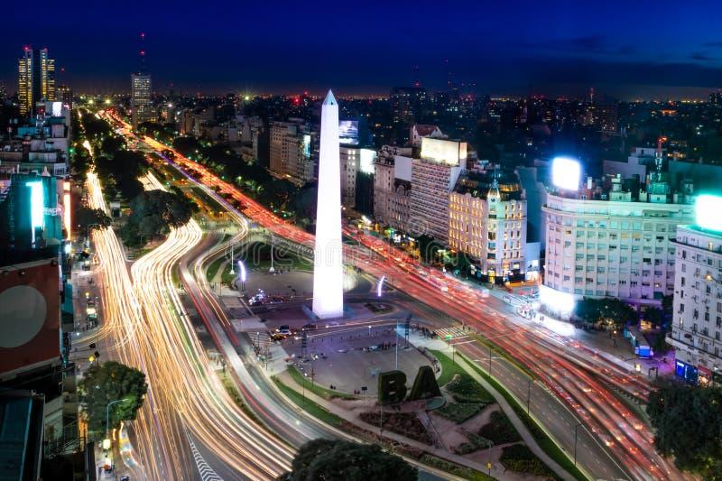 Flyg- sikt av den Buenos Aires och 9 de julio avenyn på natten - Buenos Aires, Argentina royaltyfria bilder