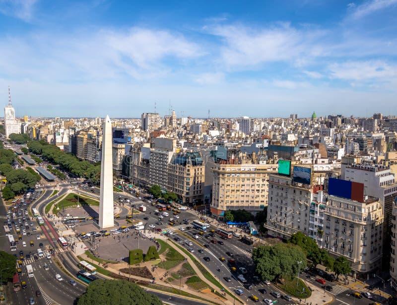 Flyg- sikt av den Buenos Aires staden med obelisken och den 9 de julio avenyn - Buenos Aires, Argentina arkivbild