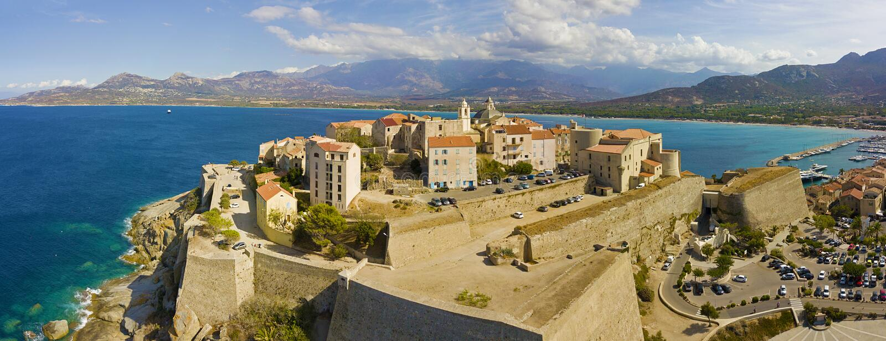 Flyg- sikt av den Calvi staden, Korsika, Frankrike royaltyfri foto