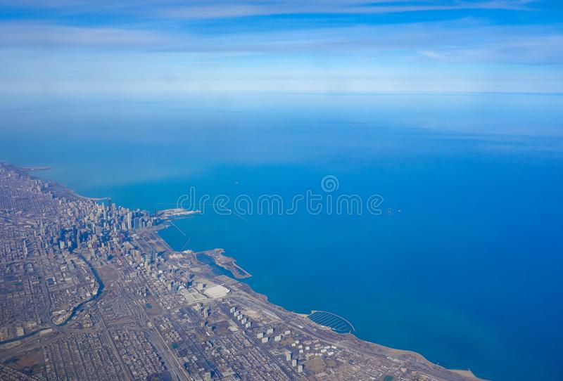 Flyg- sikt av den Chicago horisonten och den Lake Michigan lakefronten royaltyfria bilder