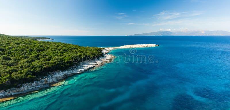 Flyg- sikt av den Emplisi stranden, pittoresk stenig strand i en avskild fjärd, med klart vatten som är populärt för att snorkla  royaltyfria foton