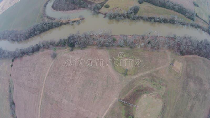 Flyg- sikt av den Etowah floden på den historiska platsen för Etowah kulle arkivfoto
