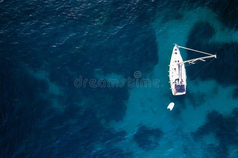 Flyg- sikt av den förankrade seglingyachten arkivfoto