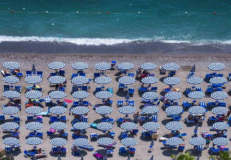 Flyg- sikt av den fantastiska stranden med färgrika paraplyer och peo royaltyfri foto