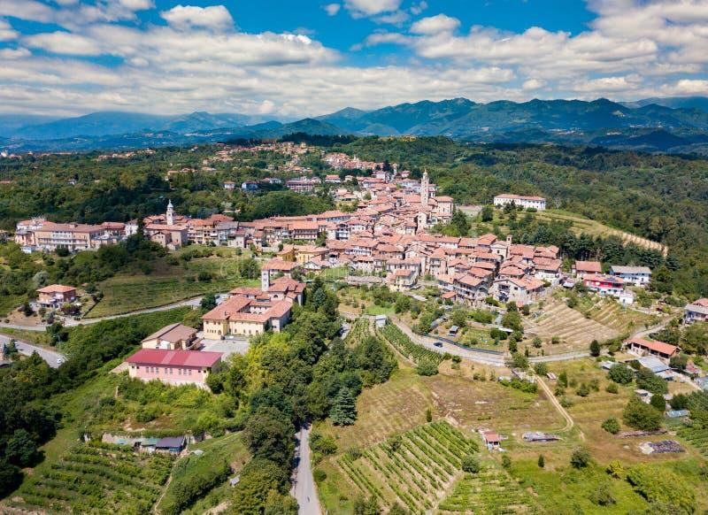 Flyg- sikt av den forntida lilla byn av Masserano Piemonte, royaltyfri foto