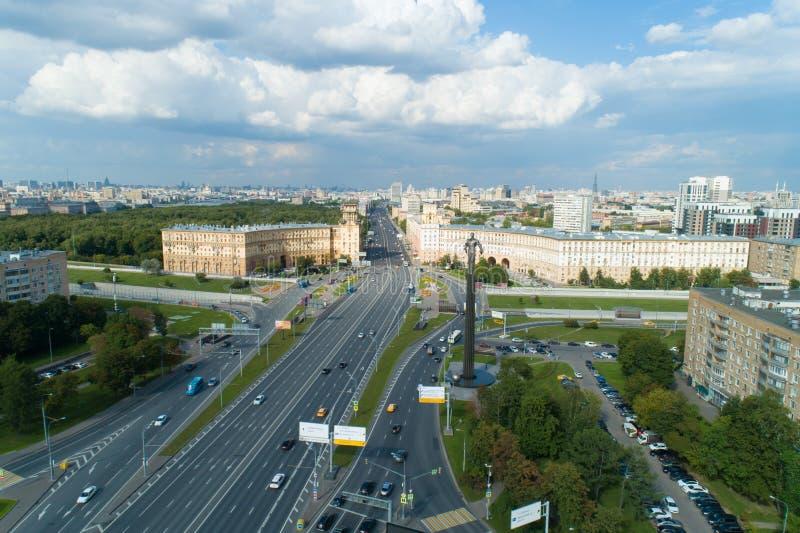 Flyg- sikt av den Gagarin fyrkanten på en solig sommardag i Moskva royaltyfria bilder