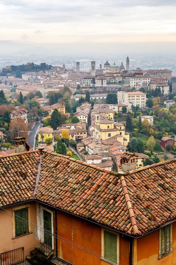 Flyg- sikt av den gamla stärkte övrestaden av Bergamo, Italien fotografering för bildbyråer