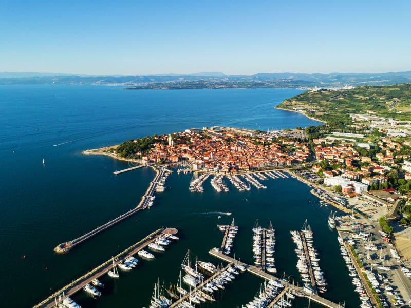 Flyg- sikt av den gamla staden Izola i Slovenien, seascape med marina på solnedgången Adriatiskt havkust, halvö av Istria, Europa royaltyfri fotografi