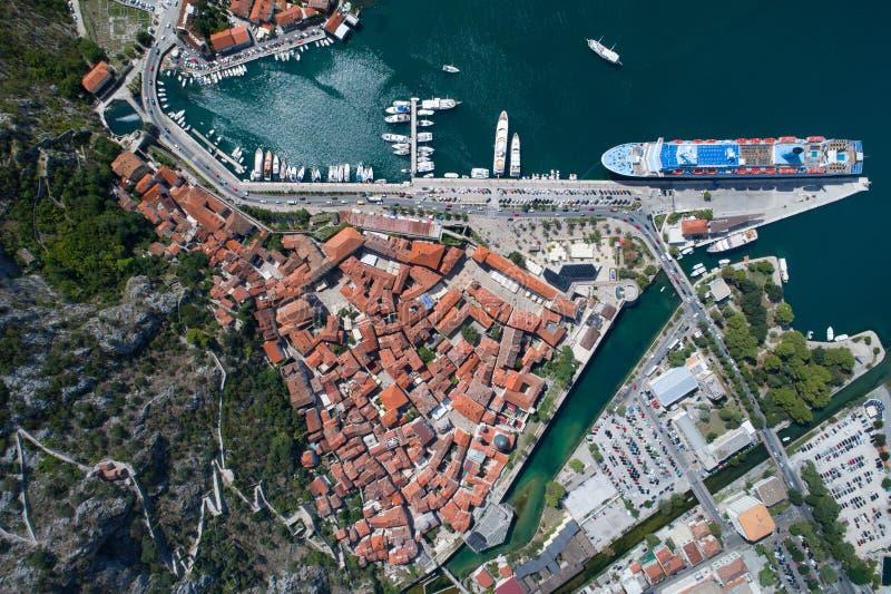 Flyg- sikt av den gamla staden Kotor, Montenegro royaltyfri bild