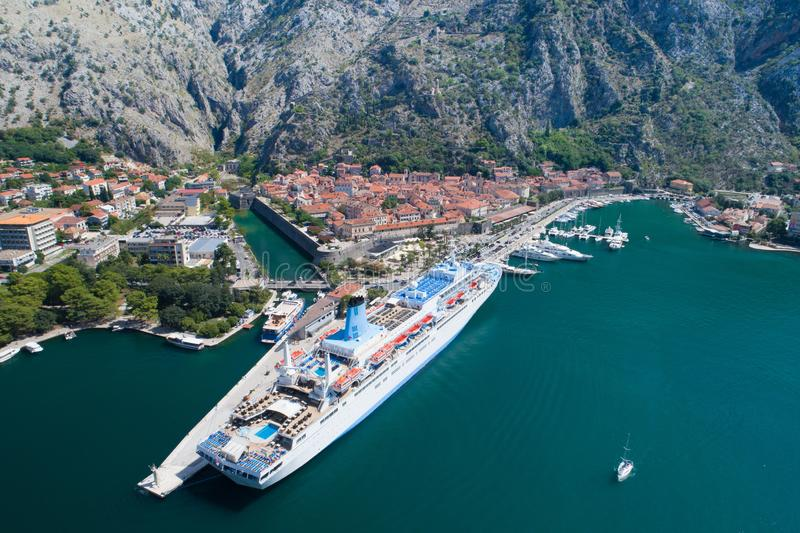 Flyg- sikt av den gamla staden Kotor, Montenegro royaltyfria bilder