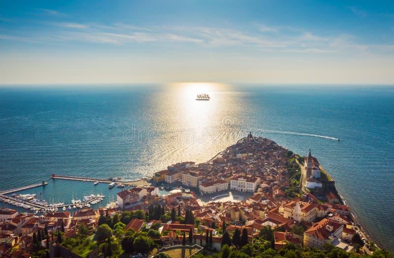 Flyg- sikt av den gamla staden Piran och det härliga segla skeppet med fem master på solnedgångtid Slovenien Europa arkivfoton