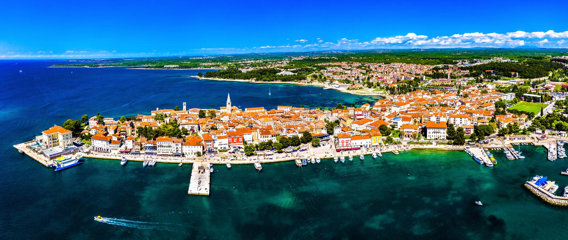 Flyg- sikt av den gamla staden av Porec i Kroatien arkivfoton