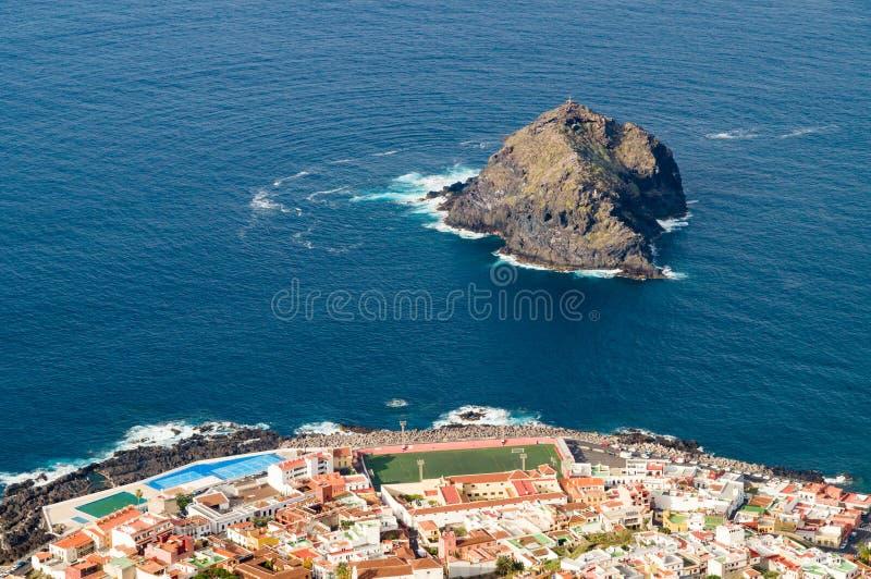 Flyg- sikt av den Garachico staden, Tenerife arkivbild