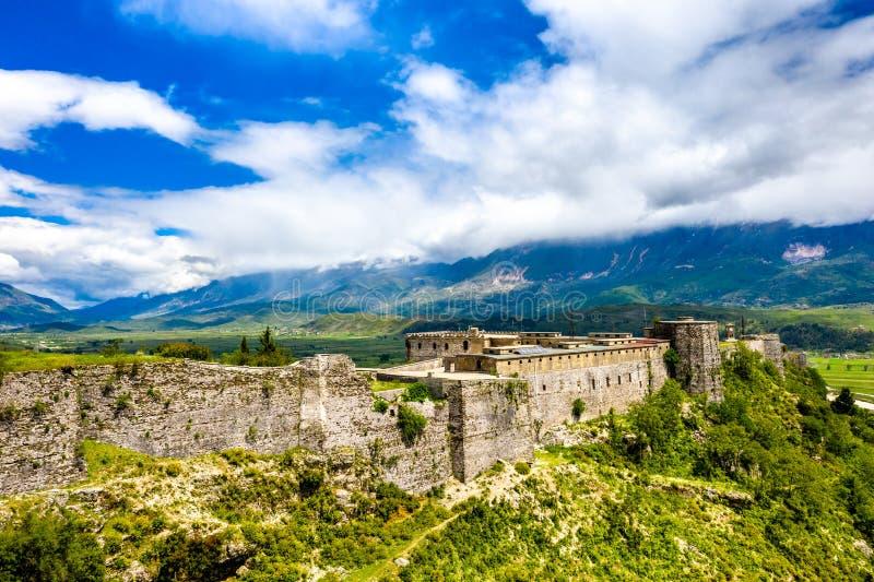 Flyg- sikt av den Gjirokaster fästningen i Albanien arkivfoto