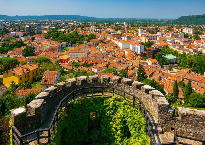 Flyg- sikt av den Gorizia stadsmitten och dencirkulär bastionen av den medeltida slotten, Friuli Venezia Giulia, Italien royaltyfri bild
