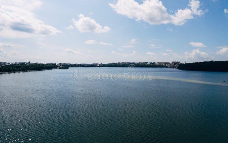 Flyg- sikt av den gröna pittoreska staden på kusten av sjön Ternopil ukraine arkivfoto