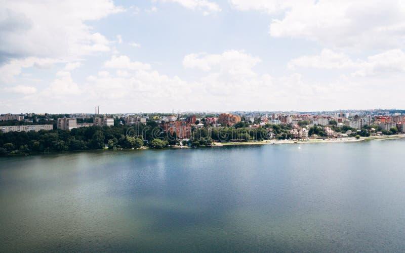 Flyg- sikt av den gröna pittoreska staden på kusten av sjön Ternopil ukraine royaltyfria foton