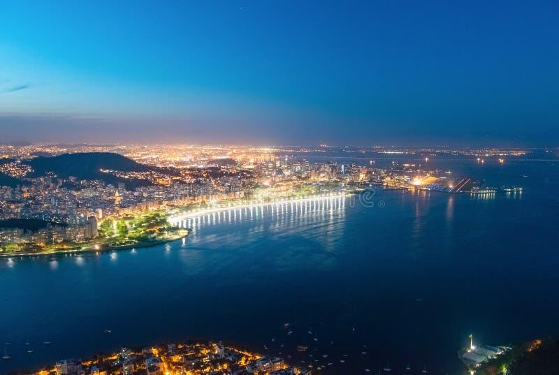 Flyg- sikt av den Guanabara fjärden och Flamengo på natten - Rio de Janeiro, Brasilien royaltyfria bilder