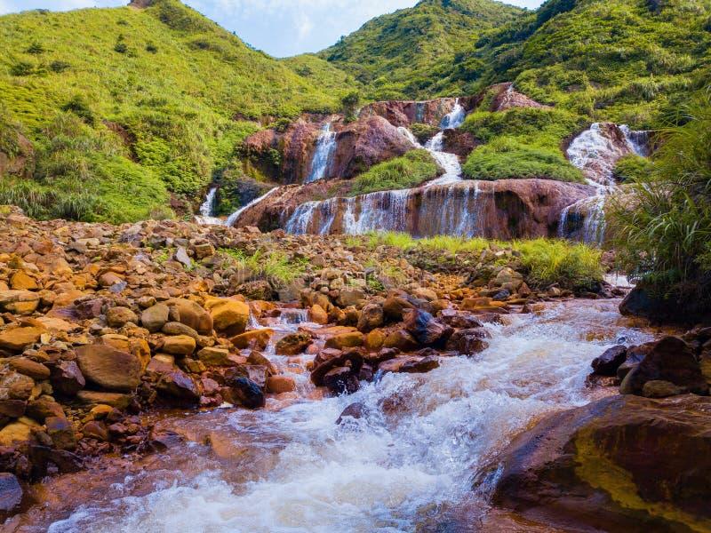 Flyg- sikt av den guld- vattenfallet Naturlandskap av Jinguashi i Ruifang område det lokaliseras i den nya Taipei staden, Taiwan  royaltyfri bild
