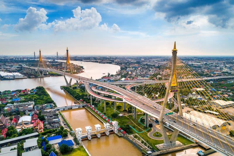 Flyg- sikt av den härliga bron och cityscape i Bangkok, Thailand royaltyfria bilder