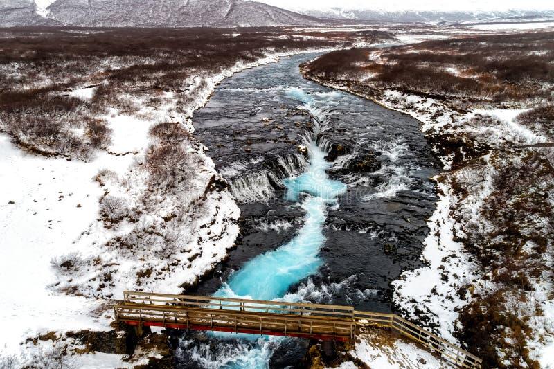 Flyg- sikt av den härliga Bruarfoss vattenfallet med turkoswate arkivbild