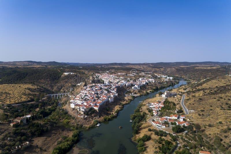 Flyg- sikt av den härliga byn av Mértola i Alentejo, Portugal royaltyfri fotografi