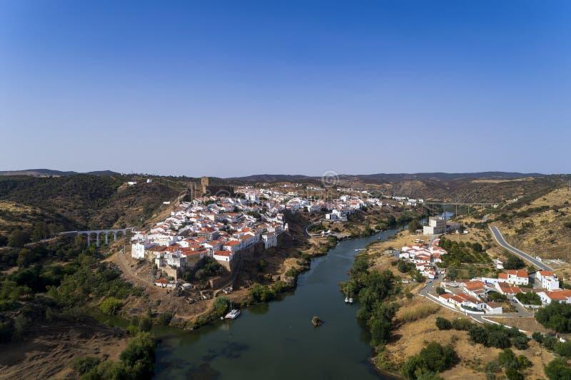 Flyg- sikt av den härliga byn av Mértola i Alentejo, Portugal arkivbilder