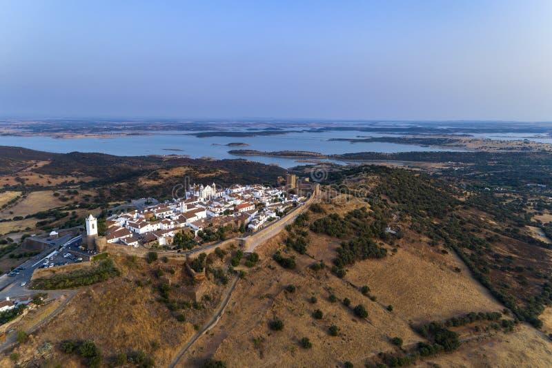 Flyg- sikt av den härliga historiska byn av Monsaraz, i Alentejo, Portugal royaltyfria bilder