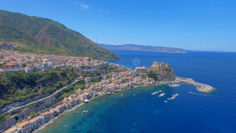 Flyg- sikt av den härliga kusten av Calabria, Italien royaltyfri foto