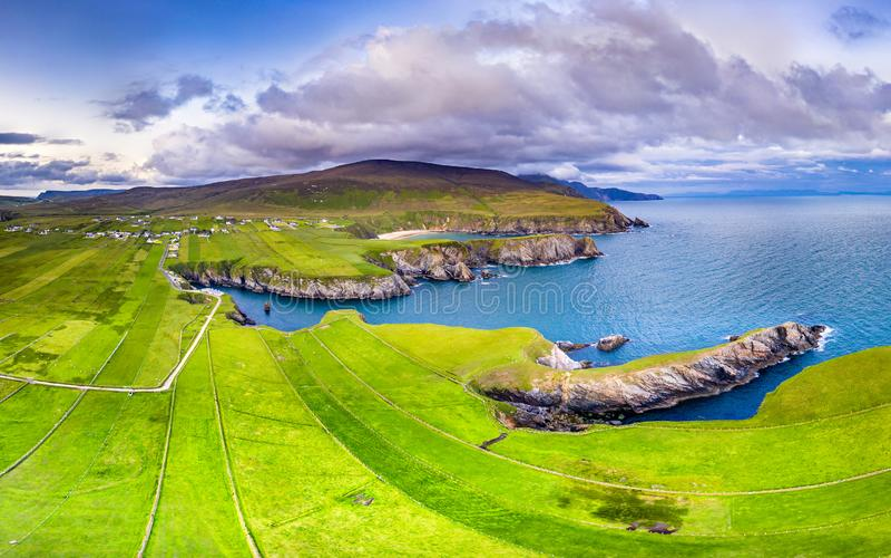 Flyg- sikt av den härliga kusten på Malin Beg i länet Donegal, Irland royaltyfri foto
