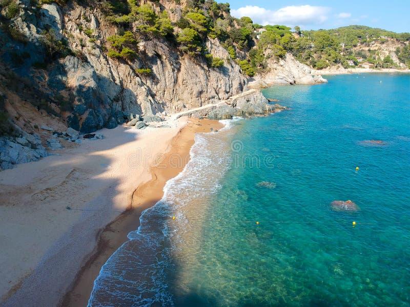 Flyg- sikt av den härliga kustlinjen i medelhavs- kust av Spanien, Costa Brava royaltyfri fotografi