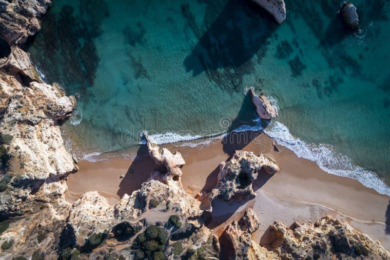 Flyg- sikt av den härliga Prainha stranden i Portimao, Algarve, Portugal royaltyfri fotografi