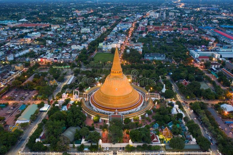 Flyg- sikt av den h?rliga Gloden pagoden p? solnedg?ngen Phra Pathom Chedi tempel i det Nakhon Pathom landskapet Thailand arkivfoto