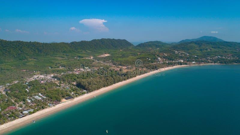 Flyg- sikt av den h?rliga tropiska paradis?n i Thailand royaltyfri bild