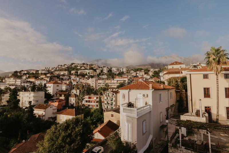 Flyg- sikt av den Herceg Novi staden, marina och den Venetian forte- stoen, Boka Kotorska fjärd av Adriatiskt havet, Montenegro - arkivfoton