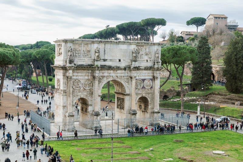 Flyg- sikt av den historiska bågen av Constantine i Rome arkivfoton