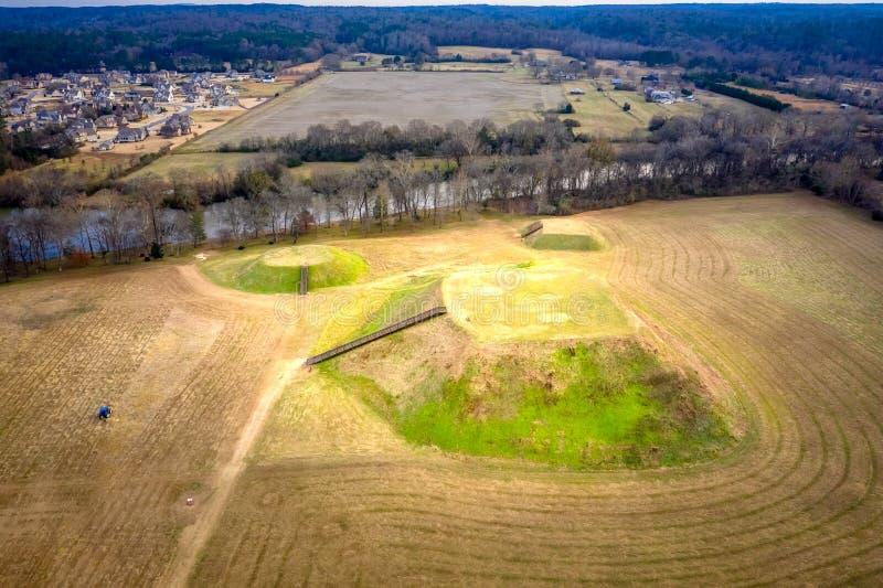 Flyg- sikt av den historiska platsen Etowah för indiska kullar i Cartersville Georgia arkivfoto