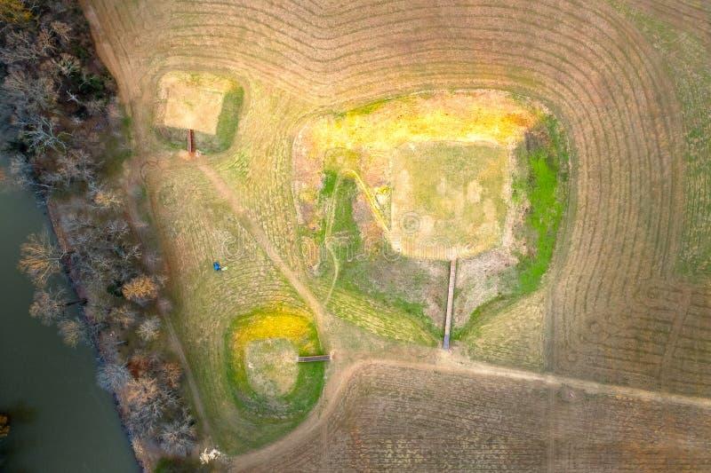 Flyg- sikt av den historiska platsen Etowah för indiska kullar i Cartersville Georgia royaltyfri foto